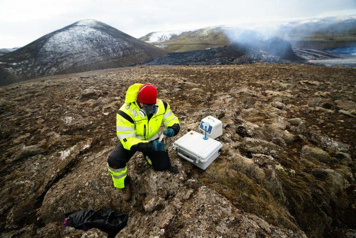 Mitglieder des isländischen Such- und Rettungsteams (ICE-SAR) messen Gaswerte in der Nähe des Vulkanausbruchs am Fagradalsfjall. ...