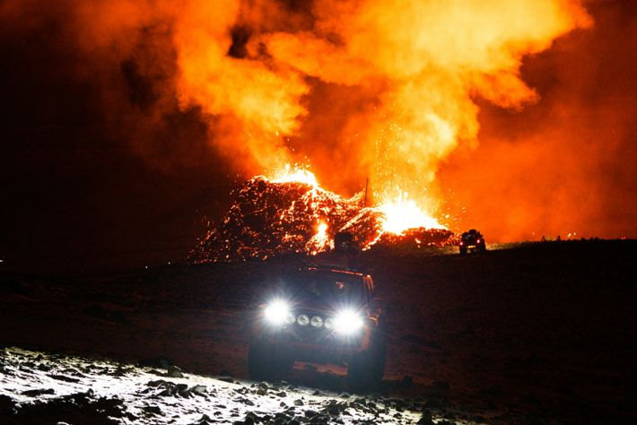 Such- und Rettungsfahrzeuge durchkämmen das Gebiet rund um den isländischen Vulkan Fagradalsfjall nach verirrten oder verletzten ...