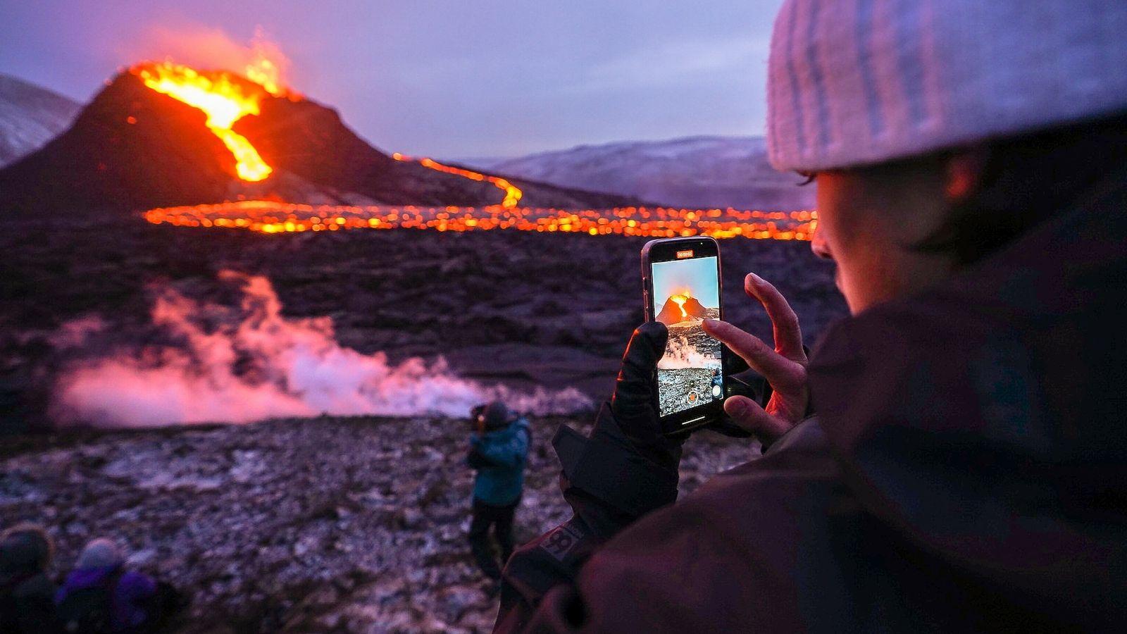 Ein Tourist machte im März 2021 ein Handyfoto am Vulkan Fagradalsfjall.