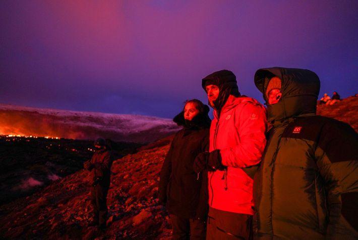 Trotz eisigen Winterwetters kamen Tausende von schaulustigen Isländern, um den Ausbruch des Vulkans Ende März 2021 ...