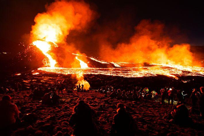 Lavaströme des Fagradalsfjall auf Island hielten die Besucher im März 2021 auch nach Einbruch der ...