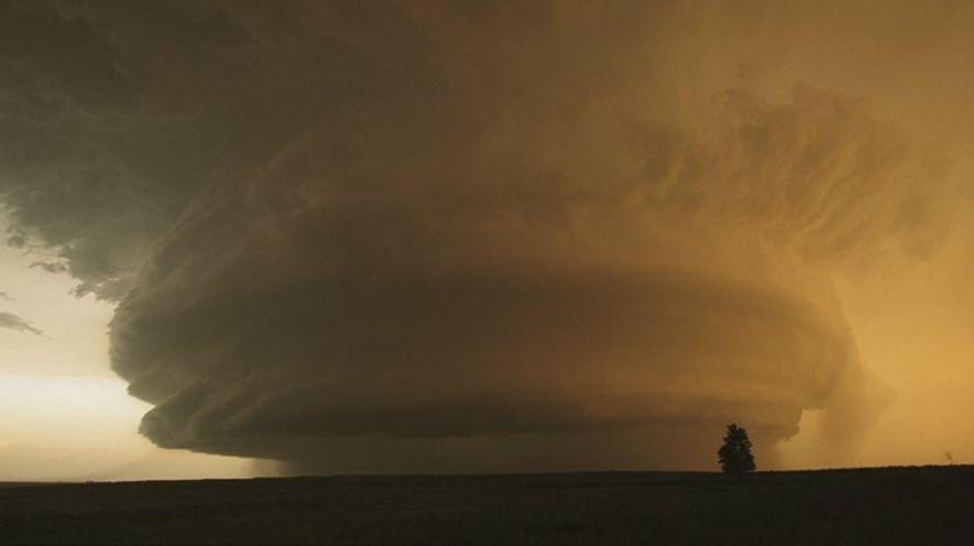 Ein Superzellen-Gewitter wälzt sich über den Ort Childress im US-Bundesstaat Texas. Tornadojäger verfolgten die Superzelle, aus ...