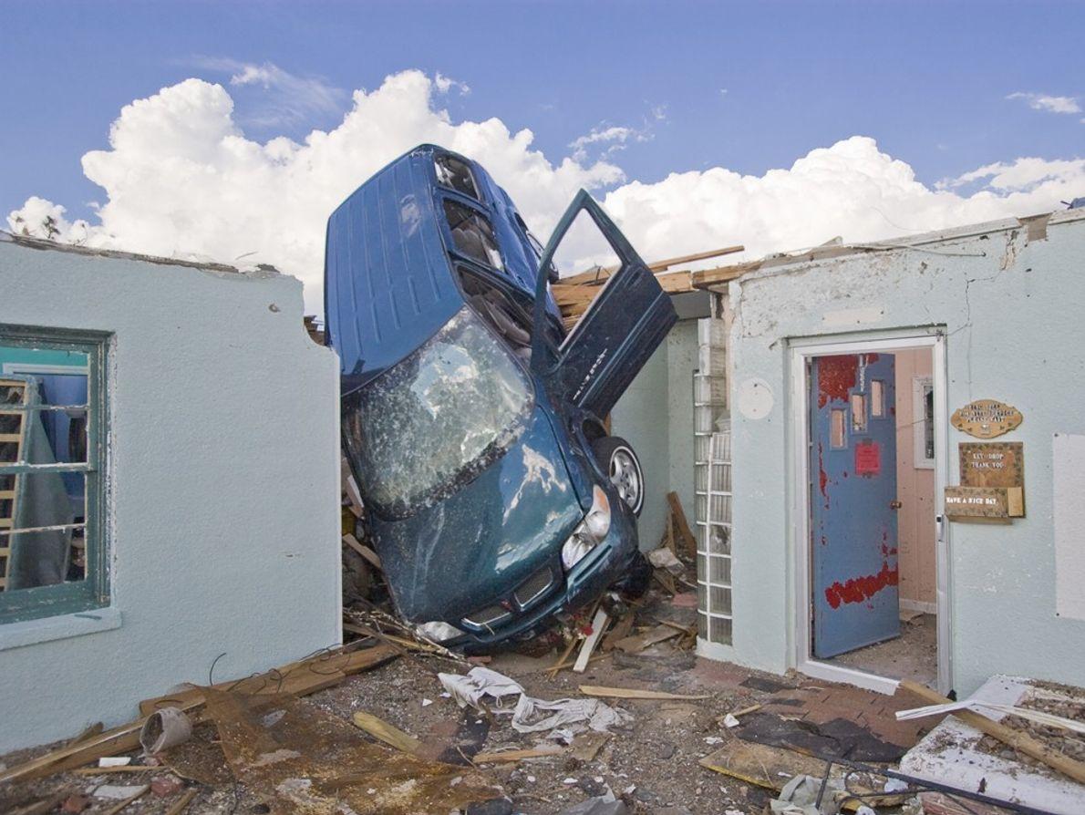 Ein Tornado der Stärke F5 hat in Greensburg in Kansas einen Wagen in ein Hotel geschleudert. ...