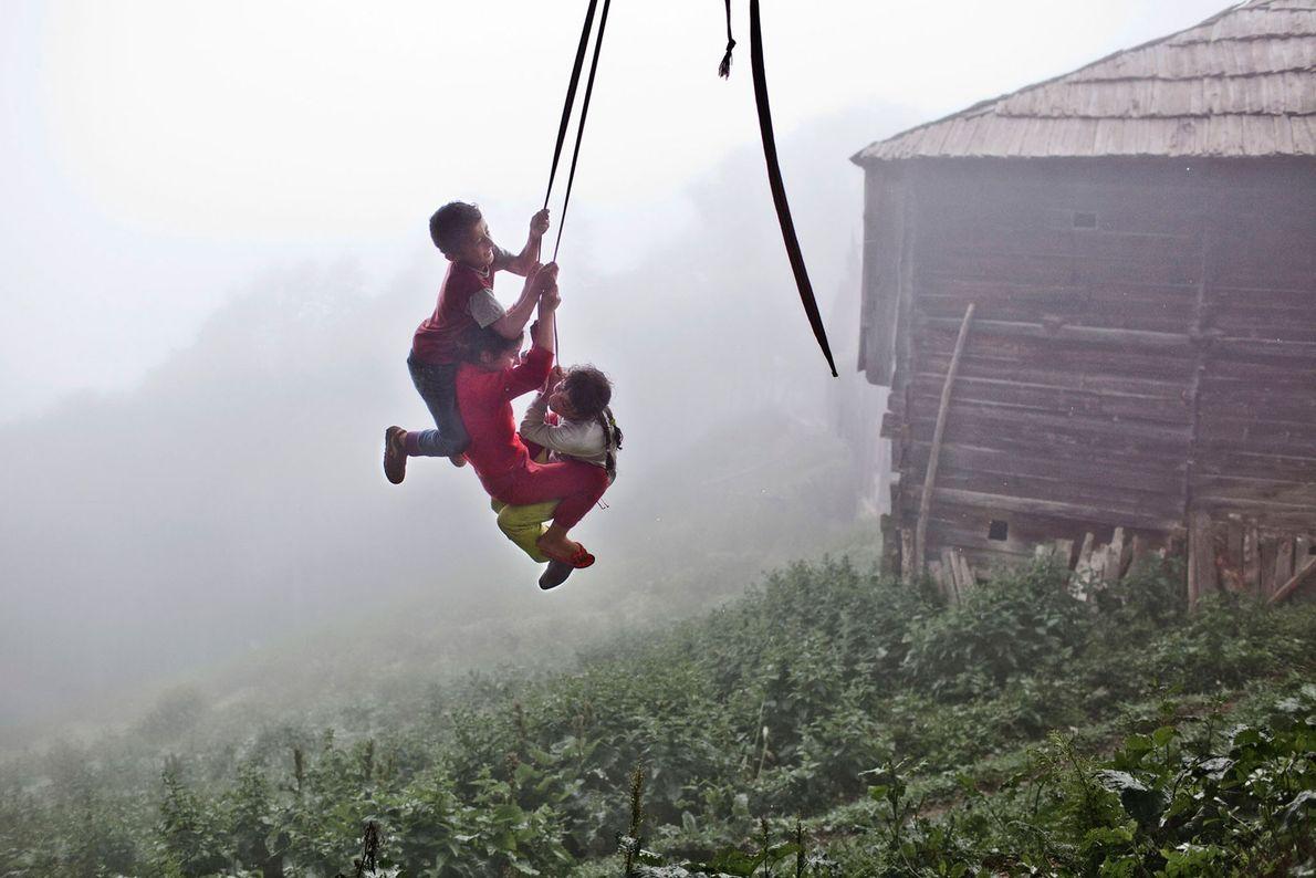 Foto von Kindern, die an einem Seil schaukeln