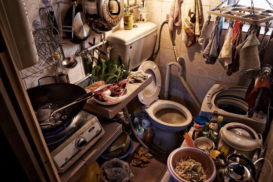 Ein Küchen-Toiletten-Bereich in einer Käfigwohnung.
