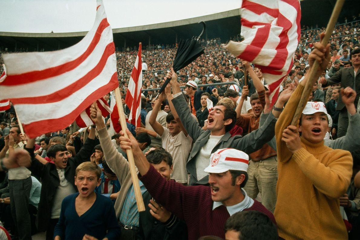 Bei einem Fußballspiel zwischen Irland und Jugoslawien im Jahr 1970 jubeln jugoslawische Fans, als ihre Mannschaft ...