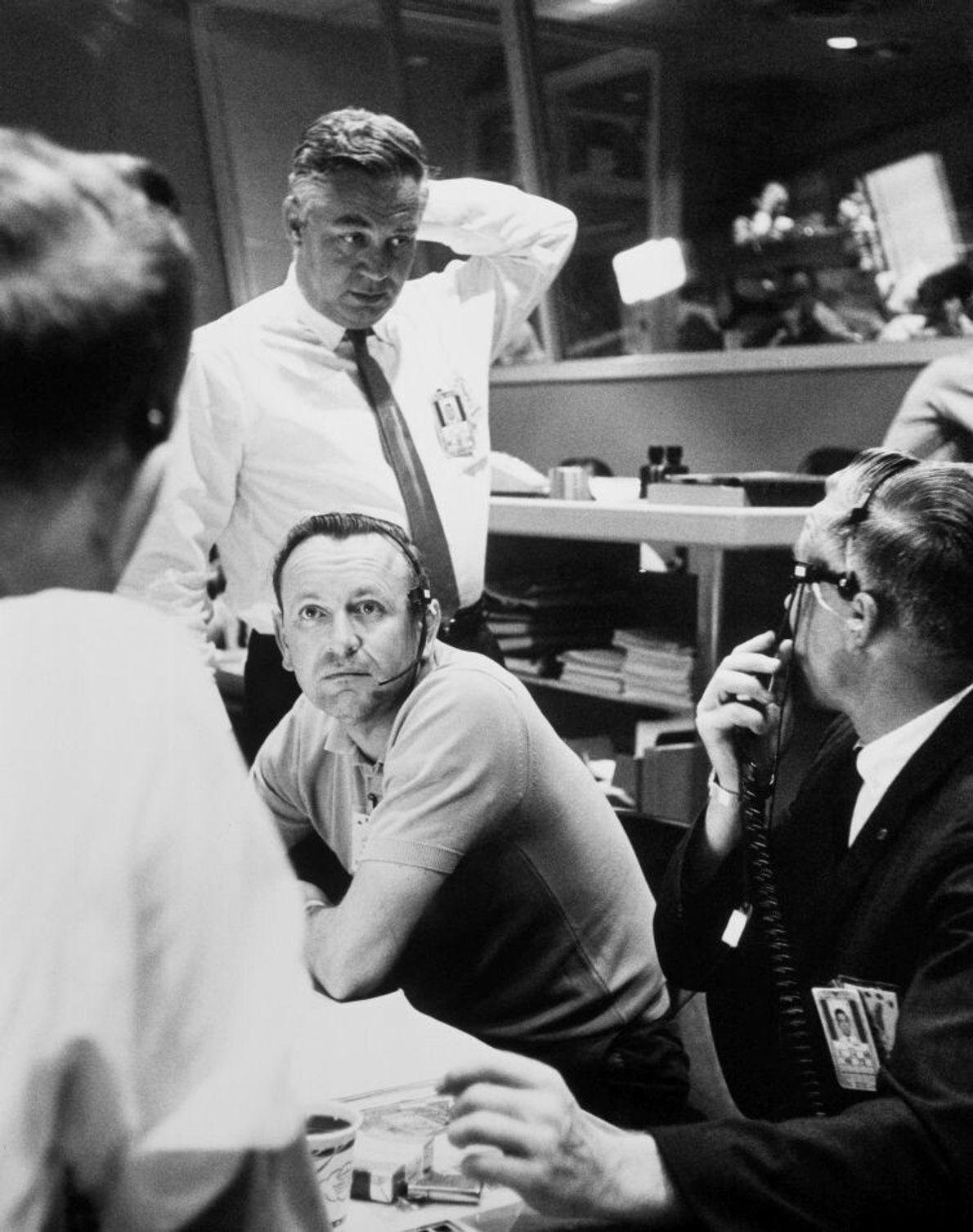 Angestellte des Mercury-Kontrollzentrums treffen die Entscheidung, während der letzten Mercury-Mission mit Gordon Cooper an Bord noch ...