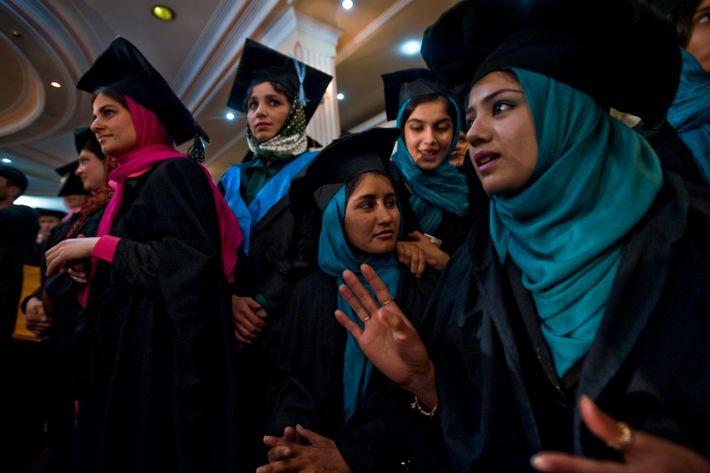 Diese Studentinnen der Abschlussklasse von 2010 an der Universität in Kabul gehören einer Minderheit an.