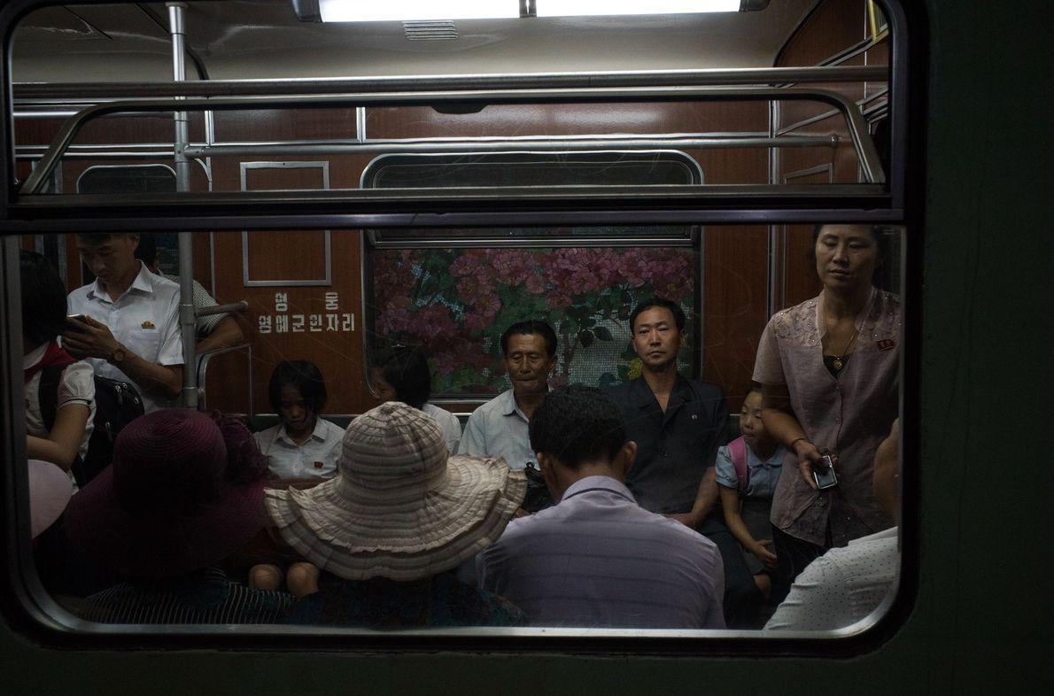 Pendler in einer U-Bahn