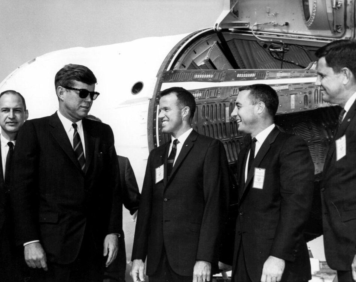 John F. Kennedy besucht den Weltraumbahnhof Cape Canaveral am 13. November 1963. Auf diesem Bild spricht ...