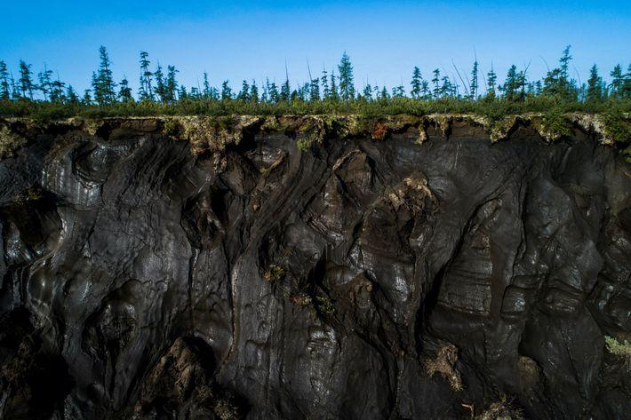 Am Rand des Batagaika Megaslump kann man einen Querschnitt des Permafrostbodens sehen.