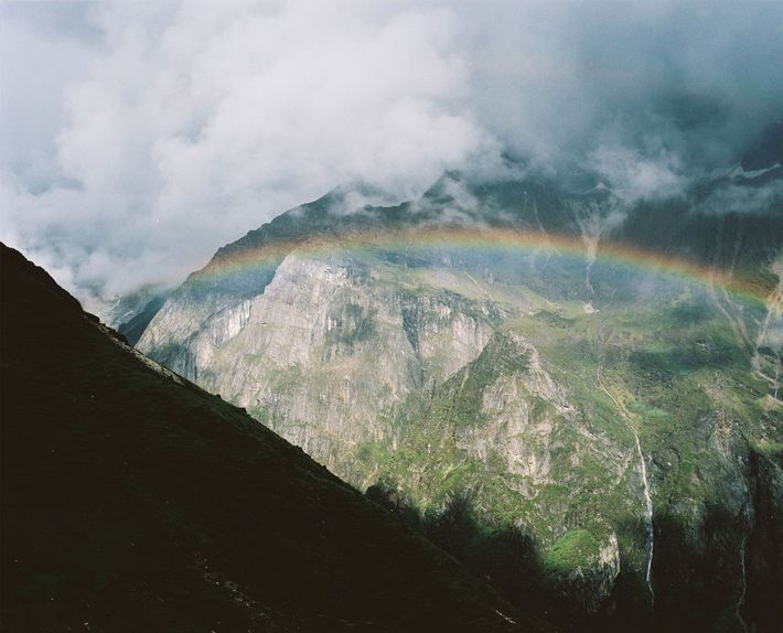 Ein Regenbogen schwebt über dem Masangang Valley.