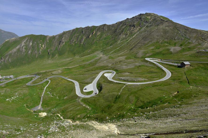 Die Großglockner-Hochalpenstraße verläuft von Norden nach Süden durch Österreich und beinhaltet auf 77 Kilometern 36 Haarnadelkurven.