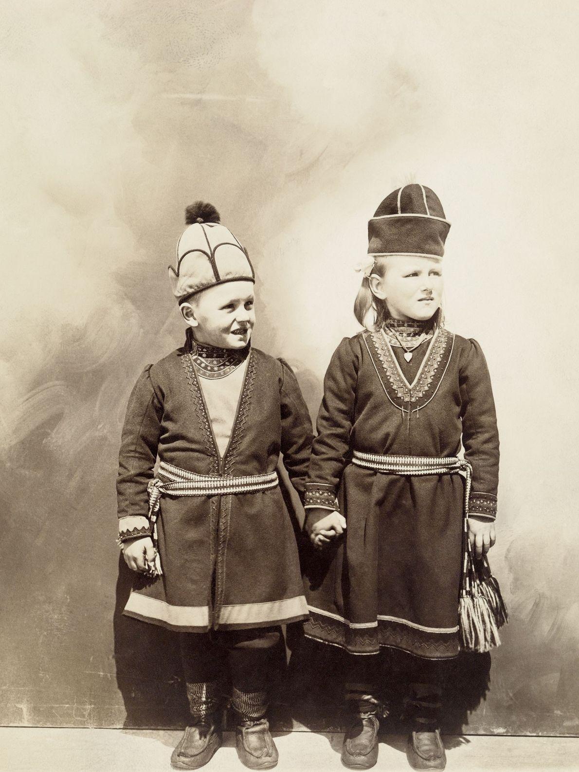 Diese beiden norwegischen Kinder, die im frühen 20. Jahrhundert in die USA eingewandert sind, tragen traditionelle ...