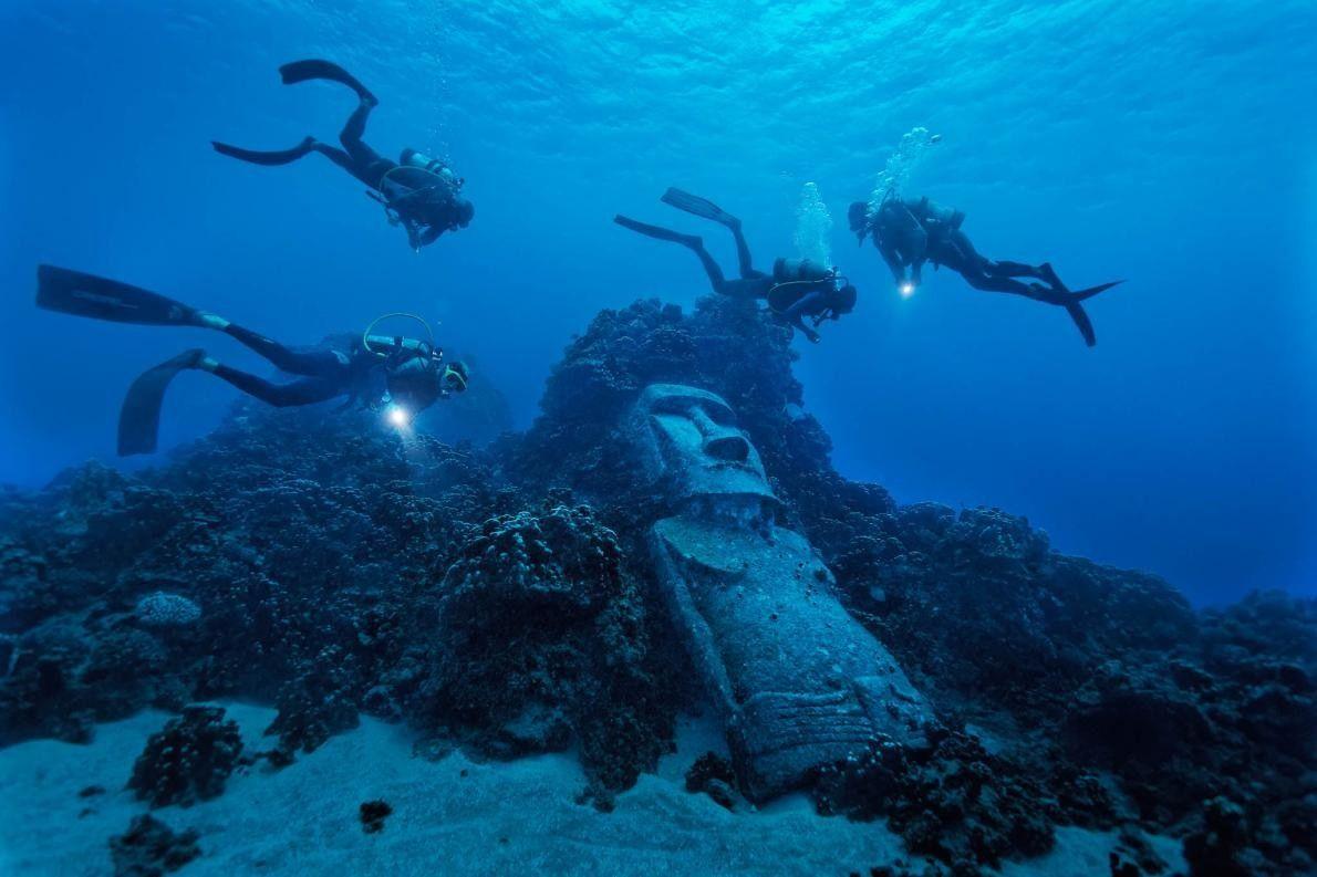 Tauchende Touristen entdecken Moai-Replik
