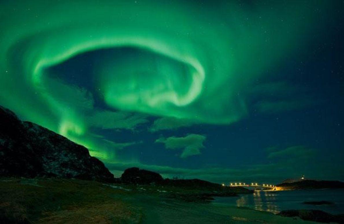Ein grüner Schleier schwebt über der Sommarøy-Brücke im Norden Norwegens. Das Polarlicht entsteht, wenn geladene Sonnenteilchen …