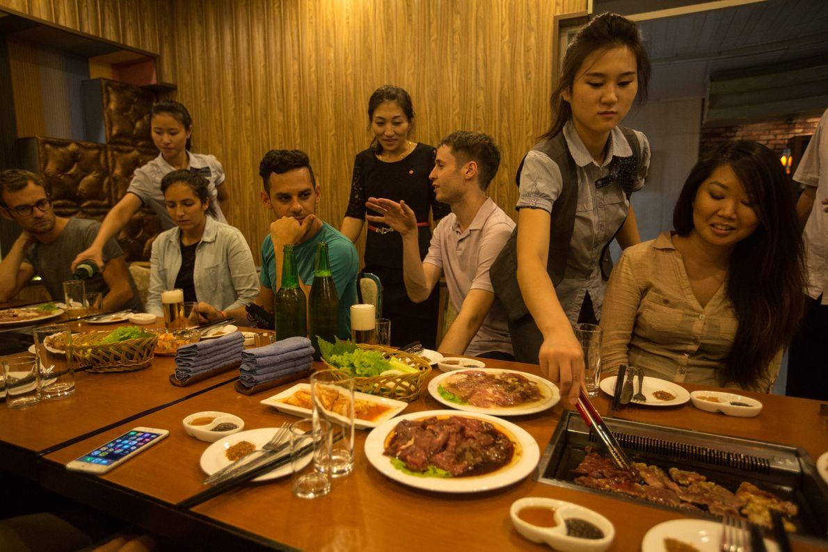 Touristen beim Abendessen