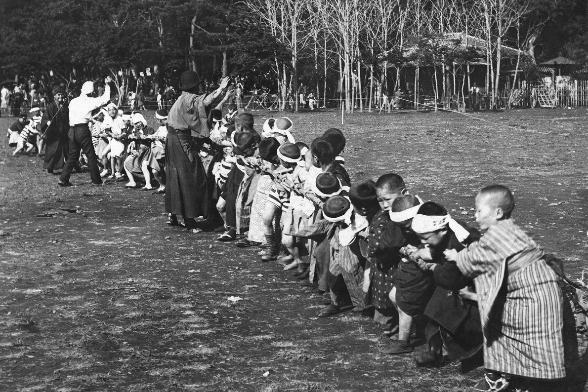 Japanische Schulkinder beim Tauziehen mit ihren Klassenkameraden.