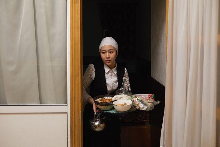 Tahmina K., 25, räumt nach dem Besuch von Gästen in einem Chaikhana (einem zentralasiatischen Teehaus) in ...