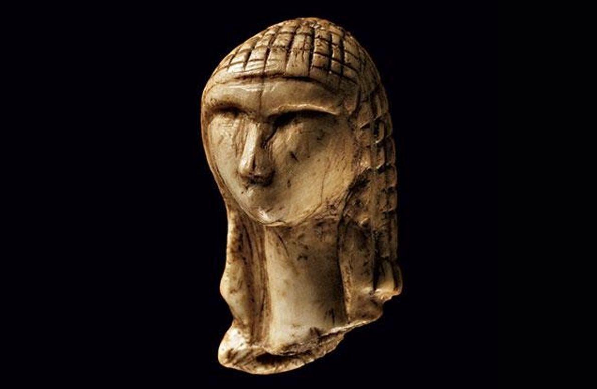 """... ist die """"Dame von Brassempouy"""", eine feine Schnitzerei aus Mammutelfenbein, wurde 1894 in Südwestfrankreich entdeckt. …"""