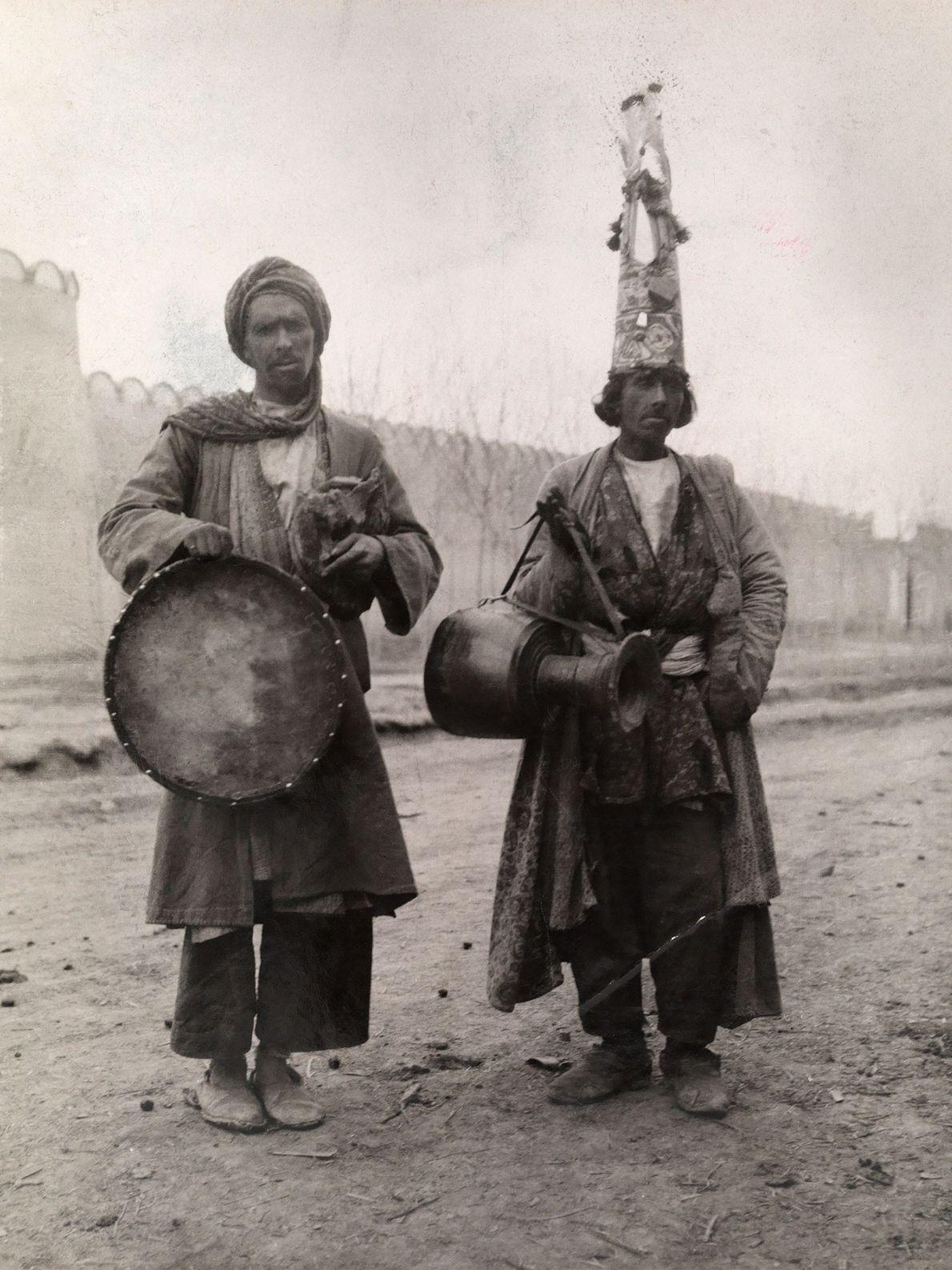 Zwei persische Fakire tragen Kleidung, die ihnen auf ihren weiten Reisen treue Dienste leistet, wenn sie ...