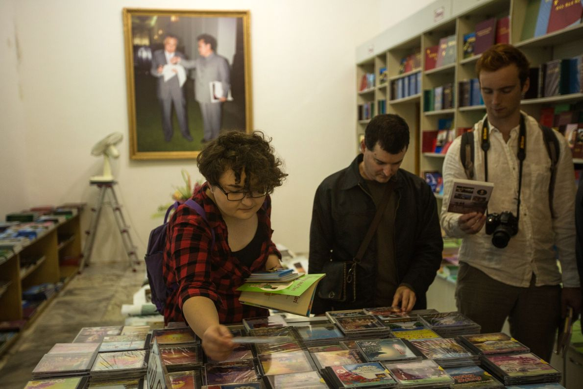 Touristen in Buchhandlung