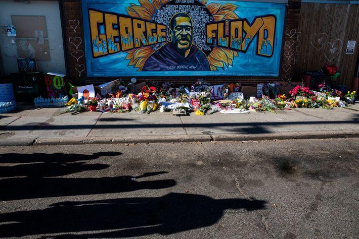 An einem Wandgemälde von George Floyd legten die trauernden Einwohner von Minneapolis Kerzen und Blumen nieder.