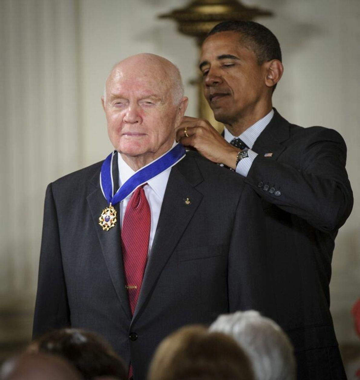 John Glenn wird 2012 von Barack Obama mit der Presidential Medal of Freedom ausgezeichnet. Glenn, Sohn ...