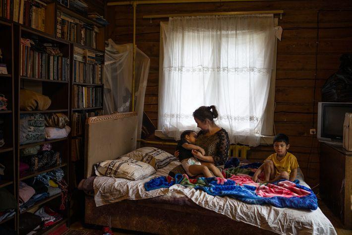 Zarina U., 19, kümmert sich in einem Dorf außerhalb von Moskau um die Brüder Elyor, 5 ...