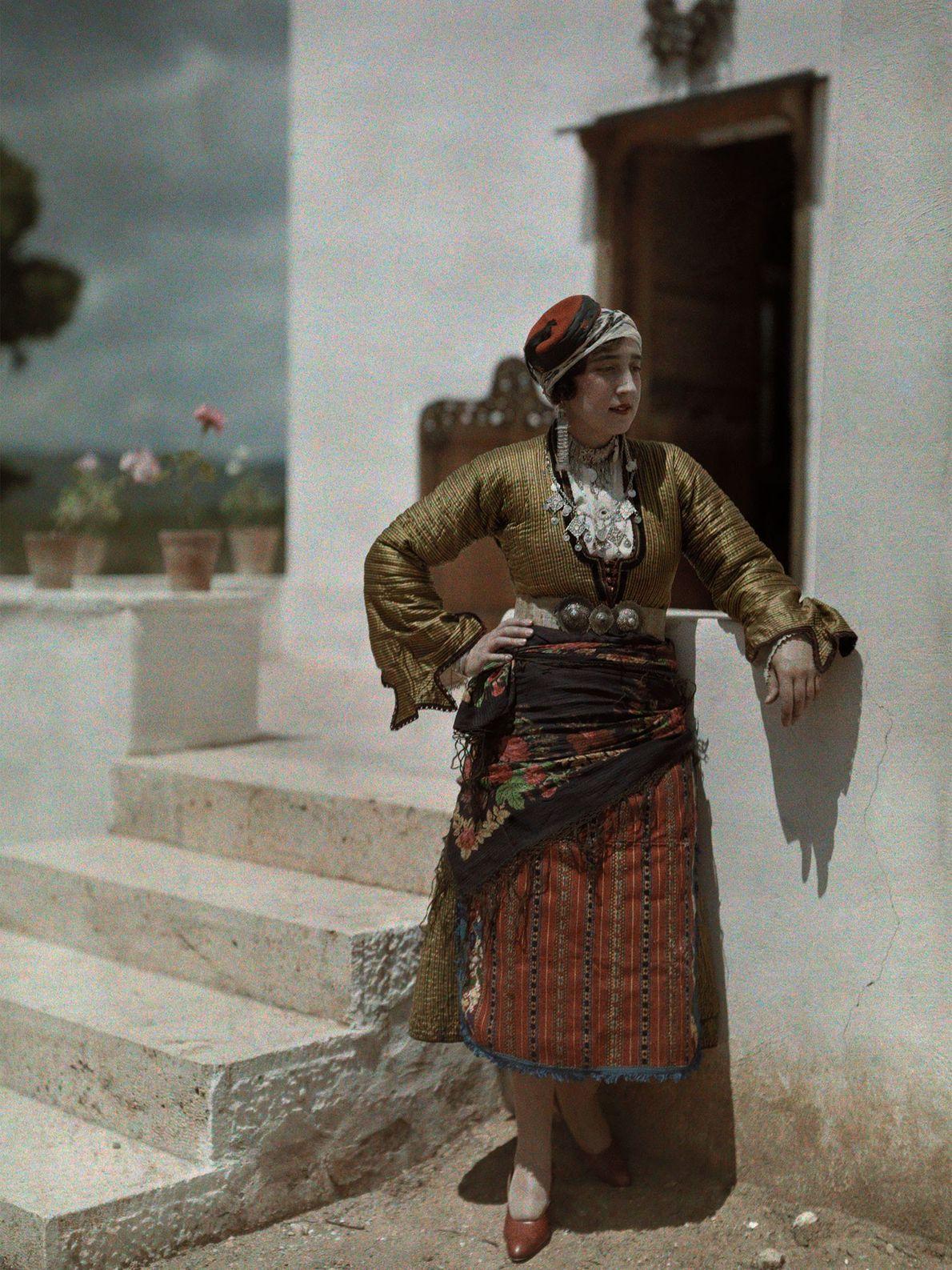 Eine Frau bei Kefisia in Griechenland posiert in der typischen Kleidung der Menschen von Chalkidiki. Die ...