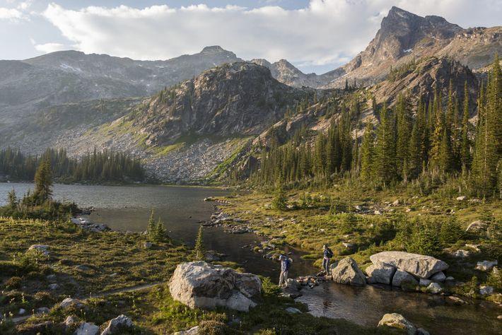 Wanderer an den Gwillim Lakes im Valhalla Provincial Park, einem 49.893 Hektar großen Abenteuerspielplatz voller unberührter Wildnis..