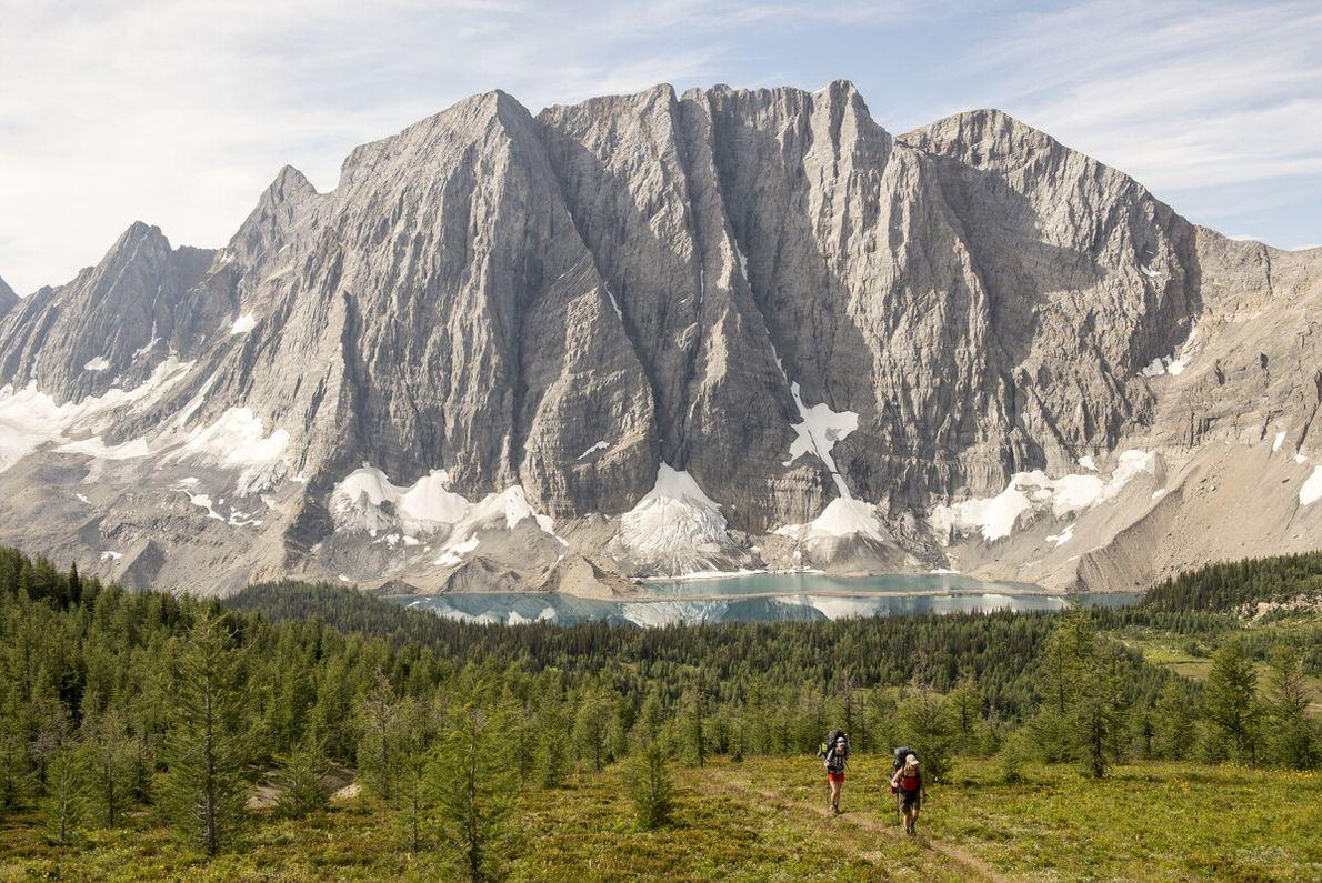 WANDERUNGEN FÜR ALLE  Wanderwege mit einer Gesamtlänge von mehr als 1.600 Kilometer durchziehen die kanadischen Rocky Mountains. ...