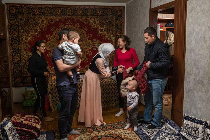 Shahrizada Adanova (Mitte, im Hidschab) empfängt Freunde in ihrem Haus in Moskau, um den Geburtstag ihres ...