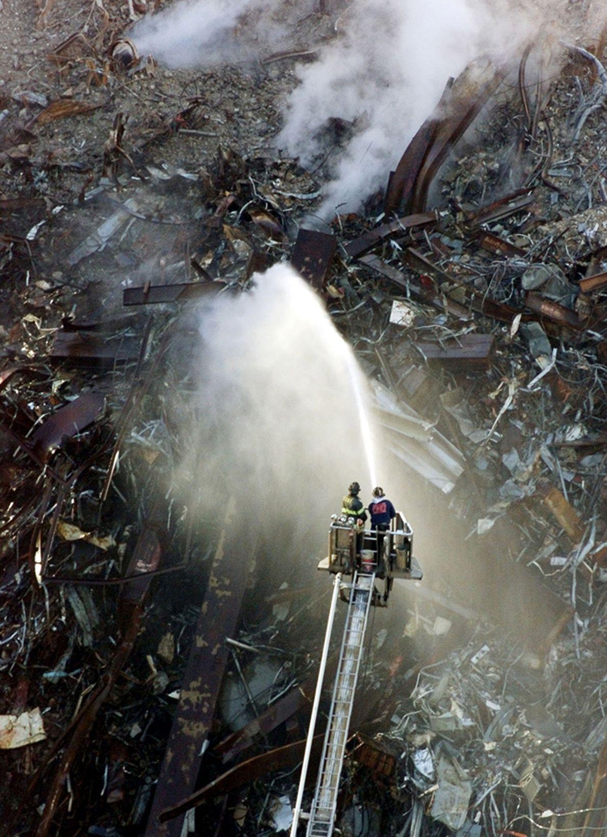 Rauch aus den Trümmern