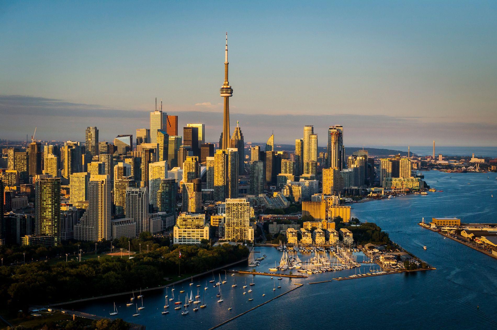 Blick auf das Hafengebiet von Toronto und den Ontariosee bei Sonnenuntergang.