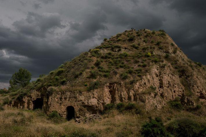 Über dem Dorf Benalúa in den Bergen Südspaniens verdunkelt sich der Himmel.