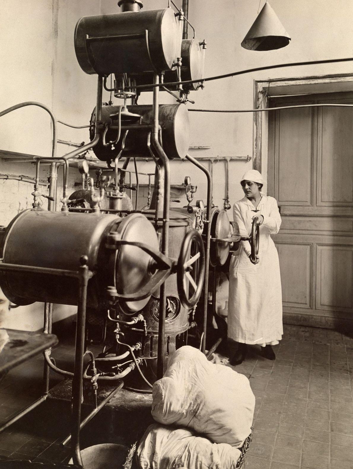 Frau in einer Sterilisationskammer