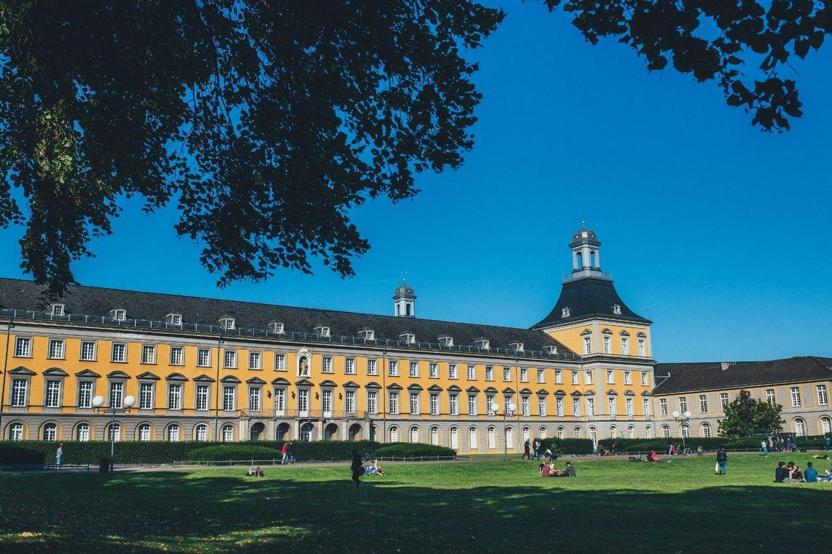Wo früher die Kurfürsten residieren, gehen heute die Bonner Studierenden ein und aus: Das Hauptgebäude der …