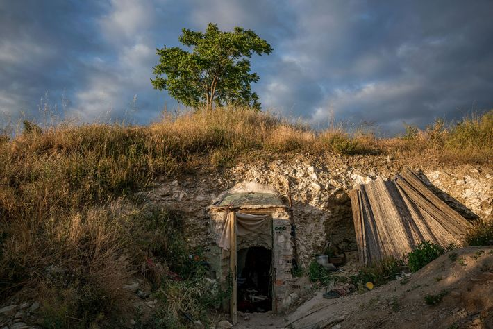 Die Eingangstür einer Höhle in Sacromonte steht offen. Die Differenzen zwischen Stadt und Bewohnern sorgen regelmäßig ...