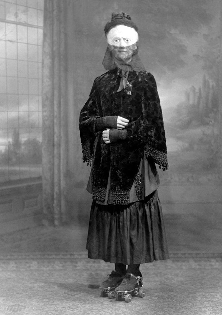 Vintage Halloweenkostüm: Frau mit Maske 1910