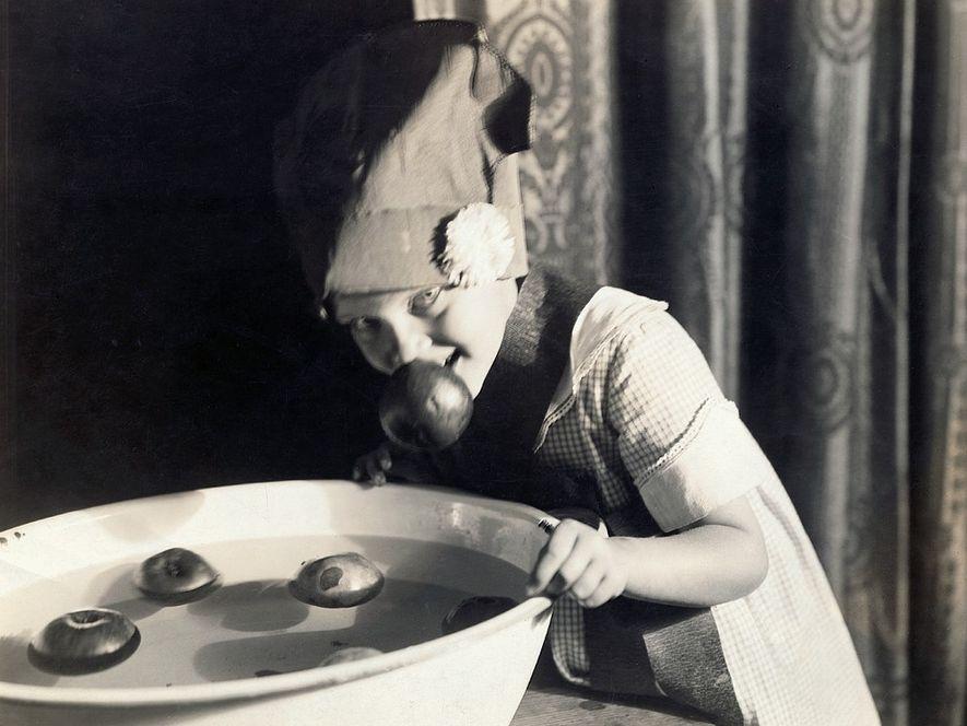 Im frühen 20. Jahrhundert taucht ein junges Mädchen in den USA nach Äpfeln.