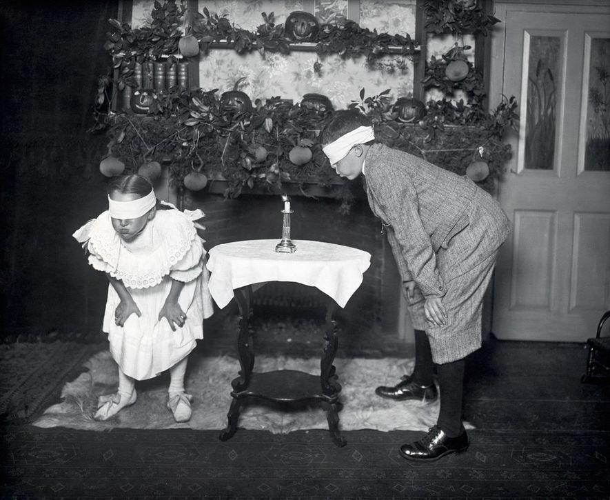 Spiele gehören in den USA zur Halloween-Tradition. Hier versuchen zwei Kinder mit verbundenen Augen, eine Kerze ...