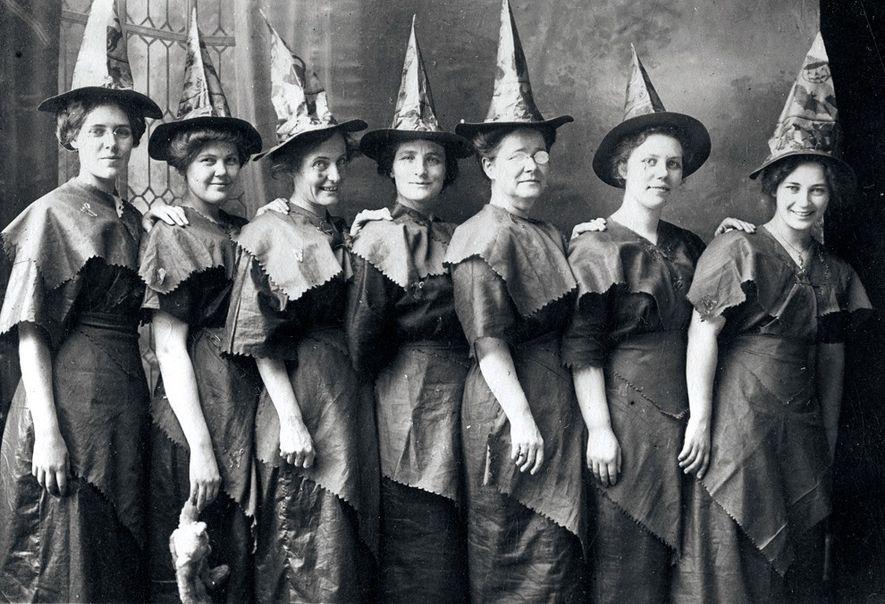 Amerikanische Frauen mit selbstgemachten Hexenkostümen posieren für ein Foto, 1910.