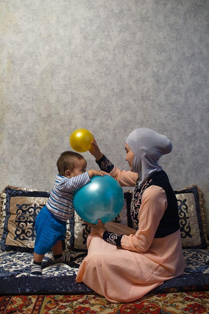 Shahrizada spielt mit dem acht Monate alten Kagan. Sie gründete die Organisation Aiymdar KG, um anderen ...