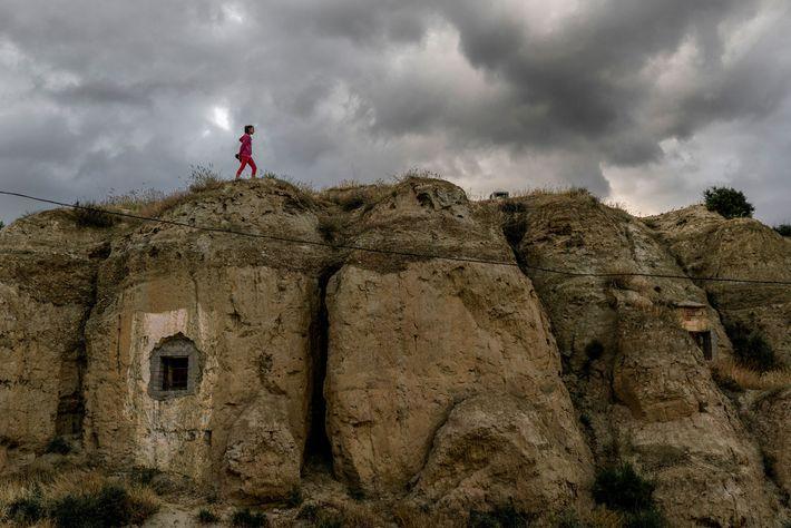 """Die zwölfjährige Judith, die in Guadix lebt, läuft über das """"Dach"""" einer Höhlenwohnung. In der Region ..."""