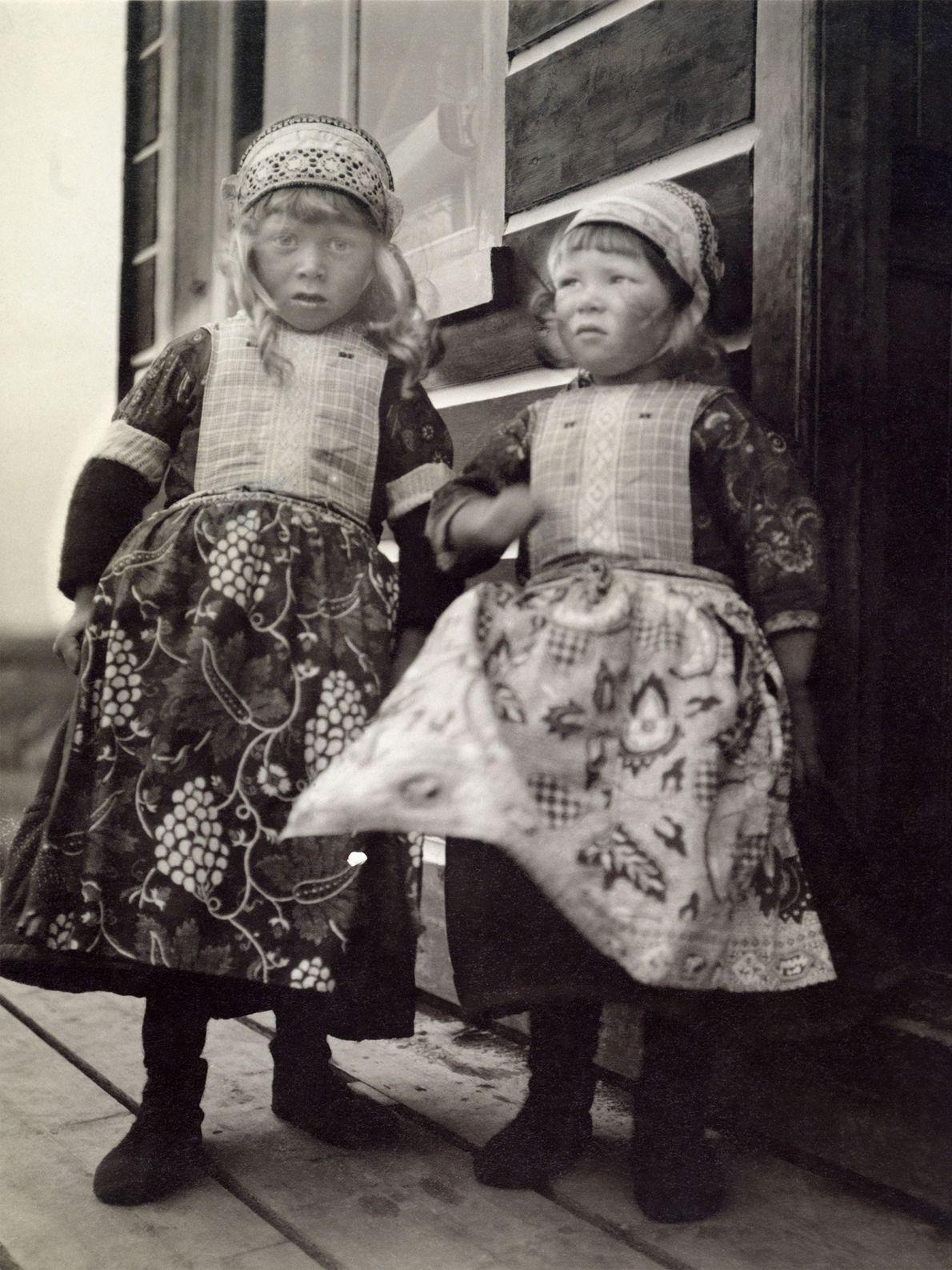 Zwei junge Mädchen in traditioneller Tracht der Niederlande auf der Insel Marken, die zur Provinz Nordholland ...