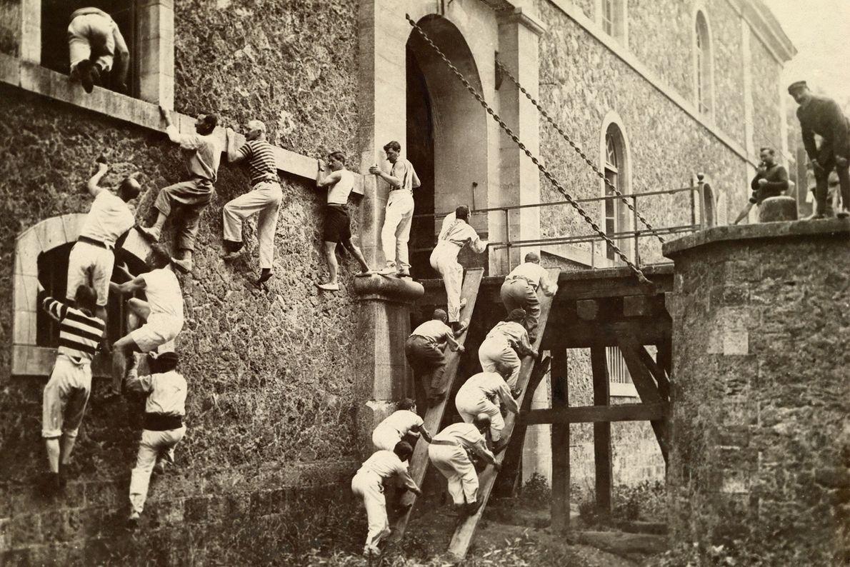 Im Rahmen ihrer Ausbildung lernen französische Soldaten im Ersten Weltkrieg, wie man Wände erklimmt.