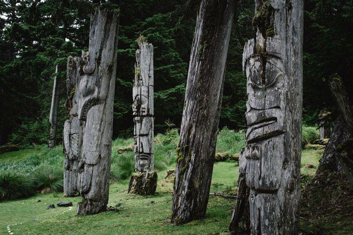 Viele Totempfähle auf Haida Gwaii sind Jahrtausende alt. Die Haida nutzten sie traditionell, um die Zugehörigkeit ...