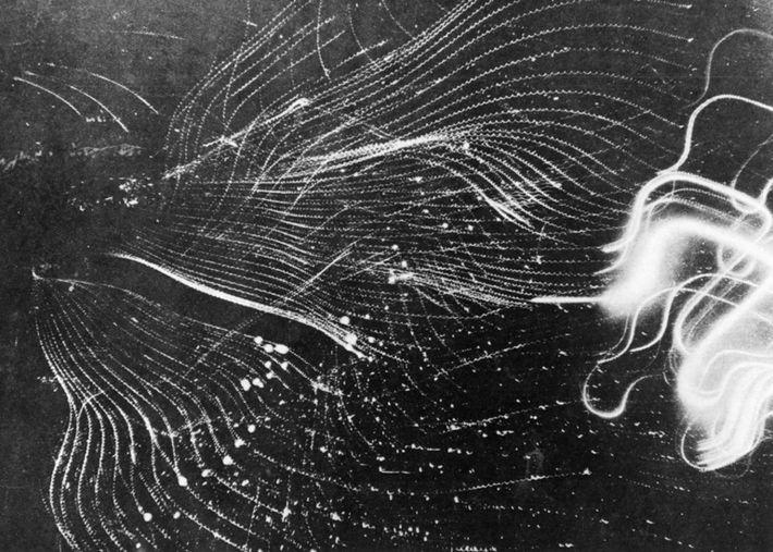 Brandbomben hinterlassen während der einwöchigen Bombardierung durch die Alliierten Spuren am Himmel über Hamburg. Bisherige zielgerichtete ...