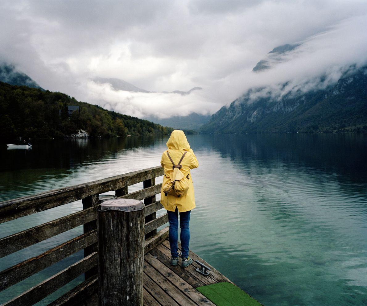 Ein Tourist aus Estland macht Fotos vom Bohinj im morgendlichen Nebel. Unabhängig von Wetter und Jahreszeit ...